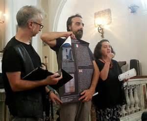 Gianni Manusacchio mostra la locandina dell'evento